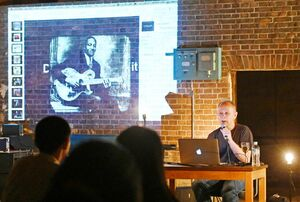 音楽が制作された歴史的背景を話すピーター・バラカンさん=佐賀市八戸のEDAUME(旧枝梅酒造)東の蔵