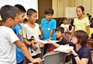 佐賀新聞社の記者と取材テーマなどを確認する子ども記者たち=佐賀市の佐賀新聞社