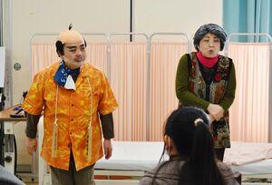 寸劇を披露する「はっぴぃ〓かむかむ」の稲葉ゆう子座長(55)(左)と、田平あき美(48)さん(右)=佐賀女子短期大学