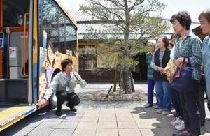 参加住民にノンステップバスの説明をする担当者=佐賀市の赤松公民館