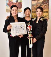 (右から)優勝を喜ぶ熊谷さん、講師の樺澤さん、堀口さん=佐賀市
