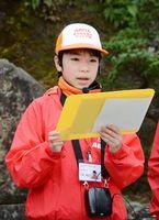 有田の歴史や文化を観光客に紹介する大串理加さん。クイズなどを取り入れ、聴衆を引き込んだ=有田町の陶山神社