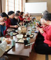 手打ちそばを美味しく味わう公民館利用者ら=佐賀市成章町の勧興公民館