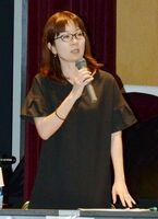 多胎児支援協会の全国フォーラムで講演する弁護士の間宮静香氏=佐賀市のメートプラザ