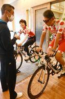島村健さん(左)からバイクの指導を受ける参加者=佐賀市のクリニック新生