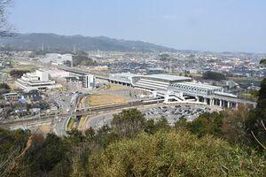 この10年でサガハイマット(写真左端)や商業施設の立地が進んだ新鳥栖駅西側エリア=鳥栖市