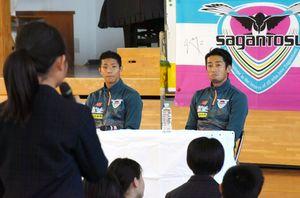 自身の小学生時代などについて語ったサガン鳥栖の三丸拡選手(左奥)と高橋義希選手=小城市の三日月小