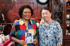 マリア・ギボンさんの次女で女酋長のグロリア・サリーさん(左)と竹下さん=パラオのコロール市(提供写真)
