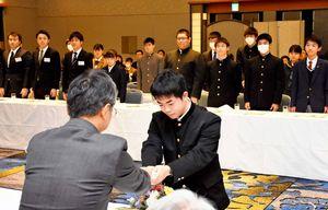 記念品を受け取る奨学生=佐賀市のホテルニューオータニ佐賀