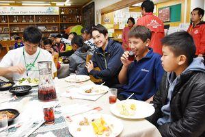 交流会を楽しむ選手たち=佐賀市のグラスコート佐賀テニスクラブ