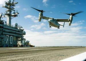 海軍用のCMV22に酷似した海兵隊用のMV22オスプレイによる、米空母カール・ビンソンでの着艦テスト=6月(米海軍提供・共同)