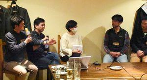 農家の魅力について質問する松本啓さん(左)=佐賀市のcafe。(カフェマル)