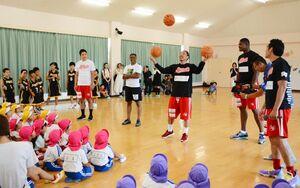園児の前で技を披露するカラツレオブラックスの選手=唐津市の昭和幼稚園