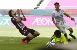 神戸―鳥栖 後半、ゴールを狙うがGK朴一圭に阻まれ、悔しがる神戸・菊池(左)=ノエスタ