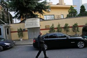 トルコ・イスタンブールのサウジアラビア総領事館の外を巡回する警備要員=21日(AP=共同)