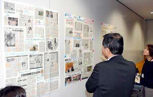グループごとに気になった記事を厳選した「まわしよみ新聞」=佐賀市の佐賀商工ビル