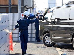 交通違反車両を誘導する小城署員=小城市の同署前