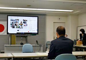 オンライン形式で開かれたICT利活用の検討委員会=佐賀県庁
