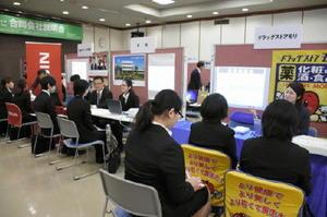 35社が参加し、地元就職の魅力をアピールした「さが就活ナビ合同会社説明会」=佐賀市の佐賀新聞社