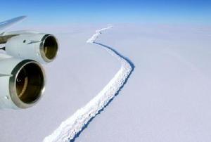 南極半島のラーセン棚氷にできた割れ目=2016年11月(NASA提供・共同)