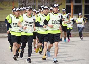 桜マラソン本番に向けて走り込む隊員たち=佐賀市の県警察学校