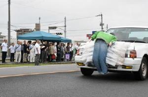 人形を使った衝突実験を見学する参加者=佐賀市の城北自動車学校