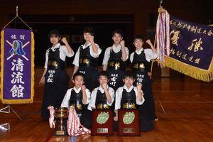 北九州市少年剣道大会の小学生の部で男女そろって優勝を果たした清流館の選手たち=佐賀市の春日小