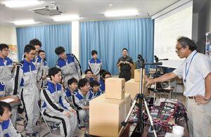 生徒にカーオーディオの説明をするオートバックスの社員(右)=佐賀市の佐賀工業専門学校