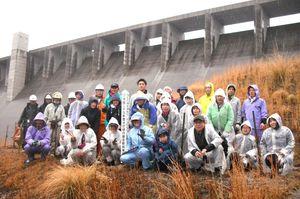 「有明(たから)の海への植樹祭」の参加者=佐賀市富士町の嘉瀬川ダム