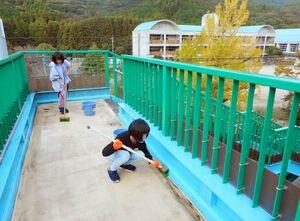 学校近くの歩道橋を清掃する箞木小の児童=唐津市厳木町