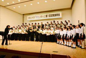 合唱組曲「唐津」を歌い上げる合唱団。壇上には子ども団員も登場した=唐津市文化会館