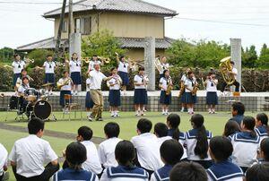 吹奏楽部の演奏に合わせた教員らのダンスで、盛り上がったガーデンコンサート=佐賀市の大和中学校