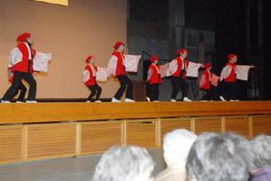 手作りの衣装で踊りのステージを披露する出演者=佐賀市諸富町