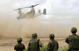 日米共同訓練に参加し、土煙を上げて北海道大演習場から離陸する米軍の新型輸送機オスプレイ=18日午後