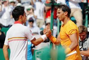 シングルス決勝でラファエル・ナダル(右)に敗れた錦織圭=モンテカルロ(ロイター=共同)