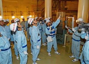 3号機の原子炉格納容器内で、水素濃度を下げるための装置を確認する原子力規制委員会の更田豊志委員長代理(左から2人目)ら=東松浦郡玄海町の玄海原子力発電所(代表撮影)