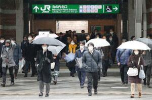 首都圏の緊急事態宣言が2週間再延長されてから最初の朝を迎え、マスクを着けて通勤する人たち=8日、JR東京駅前