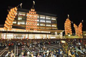 大勢の観客を前に、武雄市役所新庁舎で披露された竿燈まつりの妙技=12日、武雄市