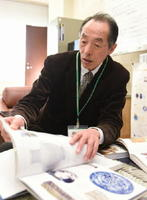 「第2回パリ万博への出品は有田焼が発展する一つの転換点になった」と語った県立九州陶磁文化館の鈴田由紀夫館長=西松浦郡有田町