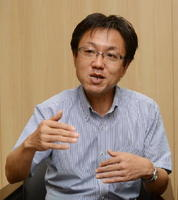 インタビューに応じる西南学院大人間科学部の倉田康路教授=佐賀市の佐賀新聞社