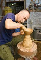 蹴ろくろで茶わんを制作する安永頼山さん=唐津市北波多大杉の鎮西窯