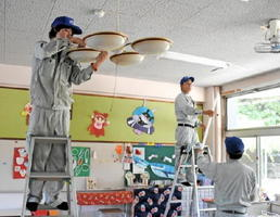 照明器具や空調設備を点検・清掃する専門業者の従業員たち=唐津市町田の町田保育園
