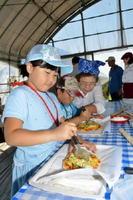 おいしそう・楽しそうに地元食材を使ったピザ作りに挑戦する子どもたち