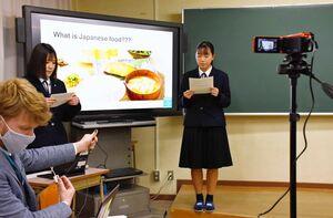 オランダの同世代とオンラインでつながり、文化や食について発表する生徒たち=唐津市町田の唐津西高