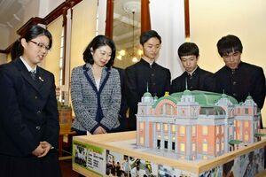 大阪市中央公会堂の模型を囲む唐津工高建築科の生徒と小林万里子副知事(左から2人目)=唐津市の旧唐津銀行