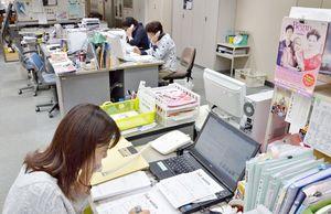 Begin申し込みの問い合わせに対応する事務局スタッフ=佐賀市の佐賀新聞社
