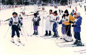 「ドロンパ王国」と「ぺんた共和国」がスキーで交流。姿勢をチェックしながら練習する参加者=平成9年2月7日、天山スキー場