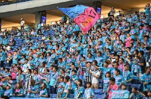 選手たちに声援を送る鳥栖サポーター=大阪府の市立吹田サッカースタジアム