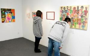 障害者の人たちが描いた力作20点が展示されている=佐賀市の佐賀大美術館