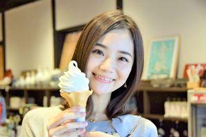 日本酒を20%配合したソフトクリームを紹介するMAYUKOさん